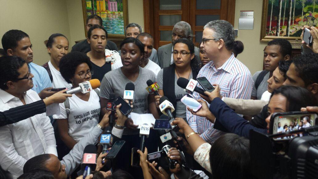 Jóvenes ocupan el antedespacho del Procurador para demandar justicia caso Odebrecht