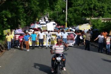 En Villa Altagracia marchan en demanda de puentes y caminos vecinales