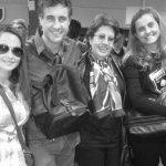 La actriz Lali González, el director Juan Carlos Maneglia y familiares de este, en el aeropuerto, antes de abordar el vuelo.
