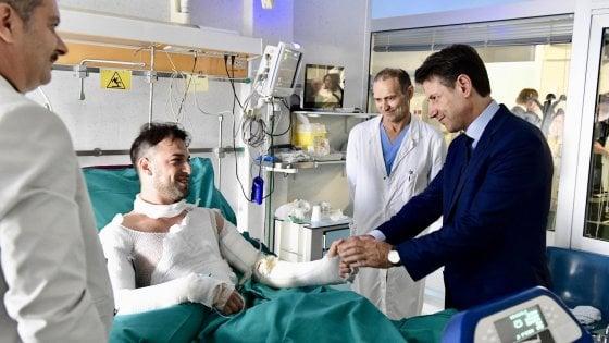 El primer ministro junto a un policía herido.