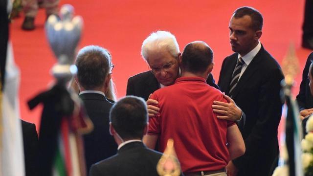 El abrazo del presidente con los familiares.