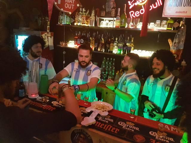 La barra de Ruin y el grupo de amigos que lo atienden (Foto: Lucas Amestoy)