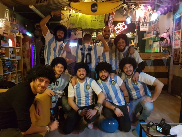 El grupo de amigos que llevan adelante el bar Ruin en Nápoles. (Foto: Ahora Roma)