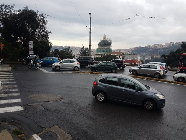 Tráfico en Nápoles (Foto: Ahoraroma.com).
