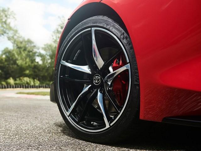 Los neumáticos del Supra tope de gama son 255/35R19, adelante, y 275/35R19, atrás. (Foto: prensa Toyota).