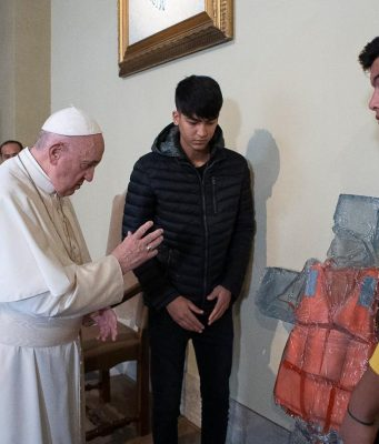 Papa Francisco con migrantes.