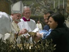 Papa Francisco bautizando.