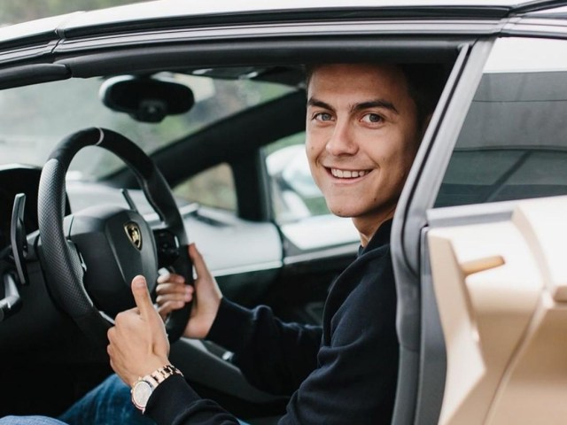 Paulo Dybala visita la fábrica Lamborghini