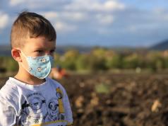 Niño con mascarilla.