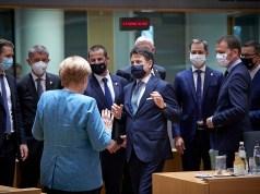 Conte saluda a Angela Merkel en el Consejo Europeo (Foto: Governo)