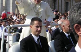 Paolo Gabriele, junto a Benedicto XVI en 2005 (Foto: UzziBerlin, CC BY-SA 4.0 - Archivo)