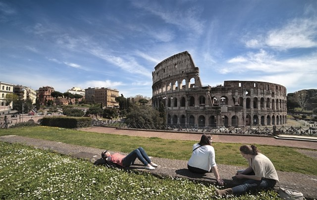 Jóvenes frente al Coliseo, en Roma (Foto: PxHere - Archivo)