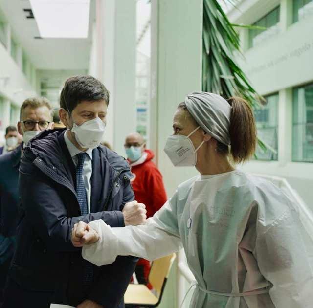 Roberto Speranza visita un centro de salud (Foto: Facebook Roberto Speranza - Archivo)