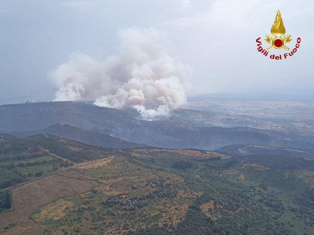 Las llamas del incendio en Cerdeña devoran el oeste de la isla (Foto: Vigili del Fuoco)