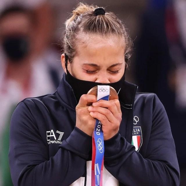 La judoca Odette Giuffrida besa la medalla de bronce que obtuvo en Tokio 2020 (Foto: Instagram)