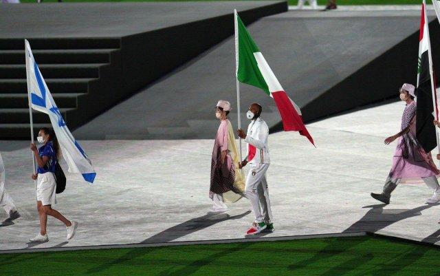 Uno de los protagonistas del récord: Marcell Jacobs lleva la bandera italiana en el cierre de Tokio 2020 (Foto: Twitter Ministero di Difesa)