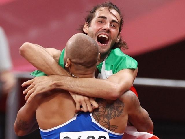 El abrazo entre Jacobs y Tamberi, ambos medalla de oro en atletismo en Tokio 2020 (Foto: WorldAthletics)