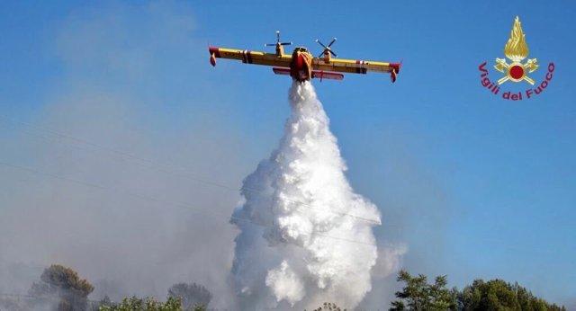 Un avión combate los incendios en Italia (Foto: Vigili del fuoco)