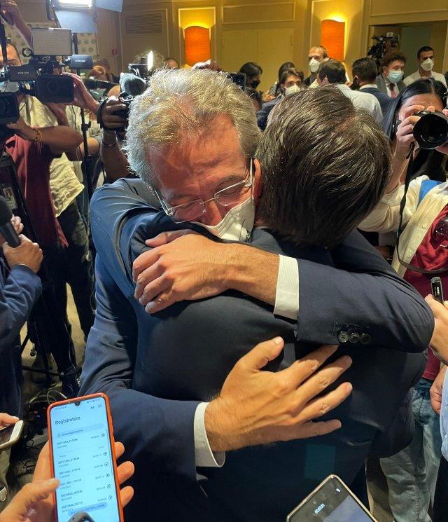 Gaetano Manfredi, el nuevo alcalde de Nápoles, festeja tras su triunfo en las elecciones (Foto: Twitter Giuseppe Conte)