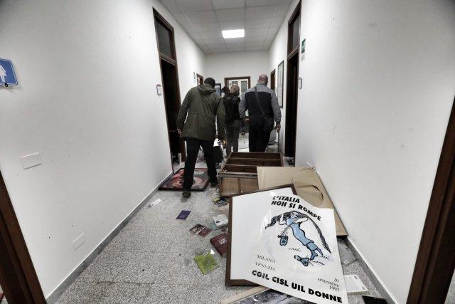 Destrozos en la sede de la CGIL en Roma, tras la marcha neofascista del 9 de octubre (Foto: Twitter Giorgio Saccoia)