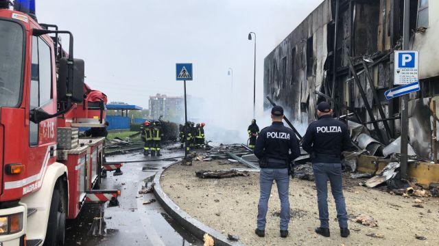 Un pequeño avión se estrelló a las afueras de Milán (Foto: Polizia di Stato)