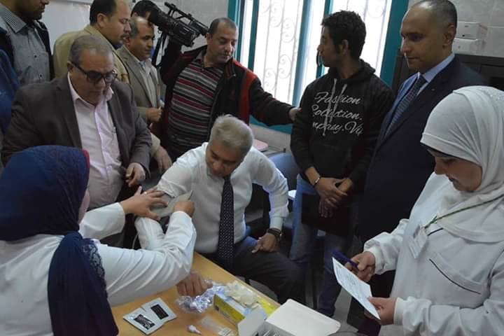 محافظ المنيا يجٌري فحوصات فيروس سي خلال اطلاق مبادرة 100 مليون صحة المبادرة تستهدف أكثر من 3 مليون مواطن من خلال 1167 فريق مسح