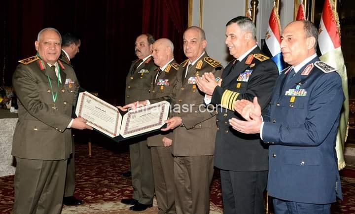الفريق أول محمد زكى يكرم قادة القوات المسلحة المحالين للتقاعد