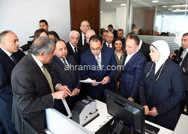 """رئيس الوزراء يتفقد مركز الخدمات اللوجستية بمطار القاهرة ويعلن عن بدء تشغيل منظومة """"نافذة"""""""