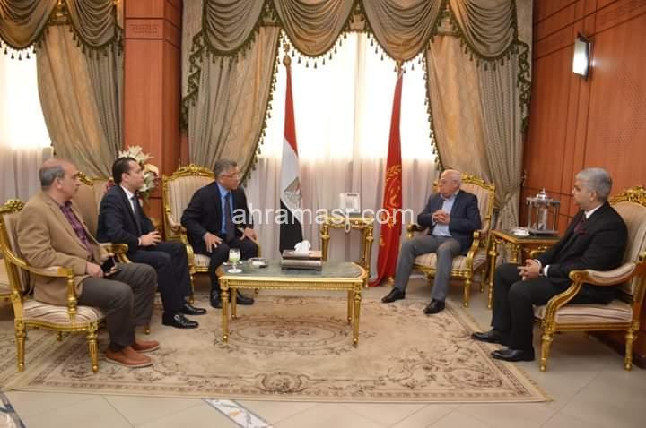 محافظ بورسعيد يبحث مع رئيس هيئة الاعتماد والرقابة الصحية الترتيبات الجارية لمنظومة التامين الصحي الشامل