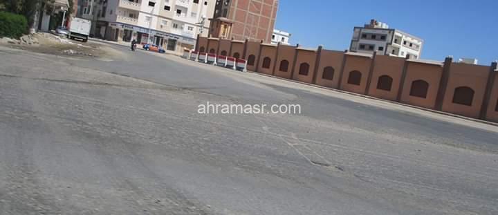 """محافظ البحر الأحمر يتابع التطوير بطريق المطار """" خلف فرق الأمن """""""