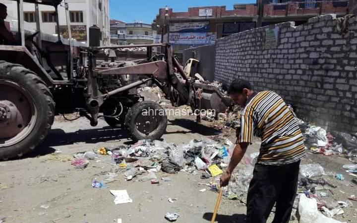 عبد الكريم يتابع أعمال النظافه بقرية افلاقه