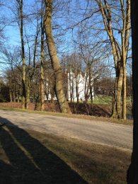 Ahrensburger Schloss hinter Bäumen – Foto: Mia