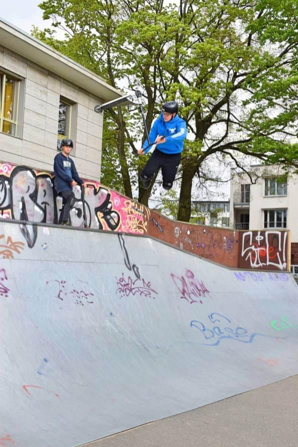 Marc mit seinem Scooter an der Skatebahn in Ahrensburg – Foto: Nicole Stroschein