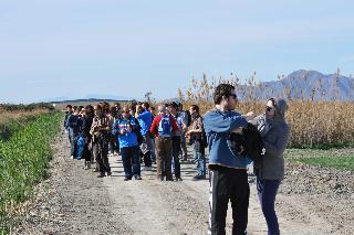 Participantes en la actividad en una de las sendas que recorren el paso