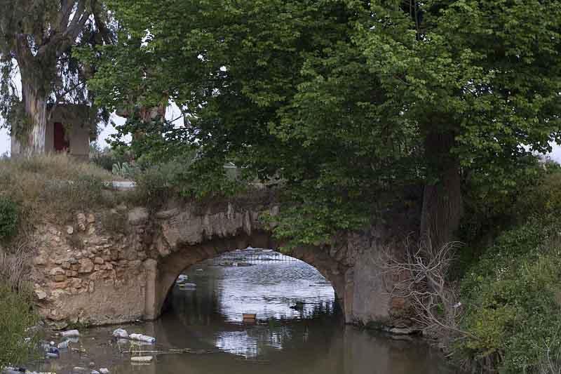 Puente del azarbe de Enmedio, uno de los azarbes desde donde se eleva agua al P.N. de El Hondo.