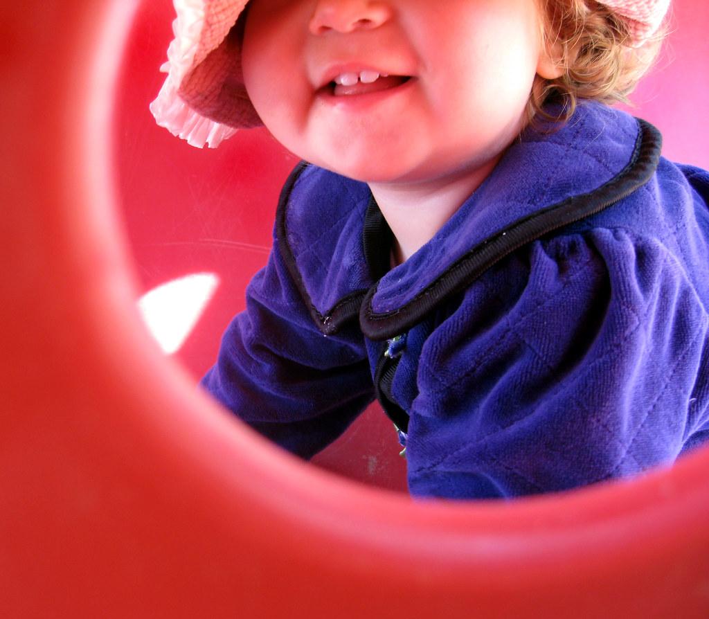 Photographie du bas du visage d'un enfant pour représenter le lien intergénérationnel dans la parentalité de l'AHTOUPIE