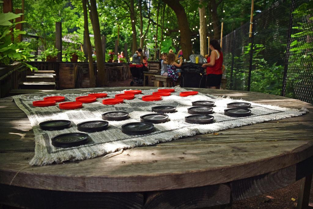 Photographie de la ludothèque : jeux en bois de dame