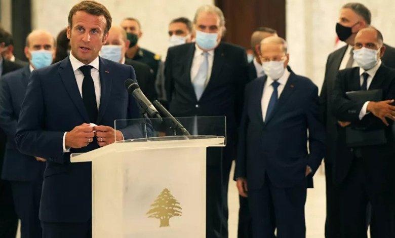الرئيس الفرنسي خلاله زيارته لبيروت اثر انفجار المرفأ Photo credit: MOHAMED AZAKIR/ REUTERS