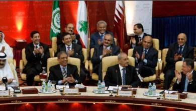 لقطة جماعية تجمع أمير قطر وموسى مع بعض أقطاب الحوار اللبناني. الصورة لـ: جميل السعيدي/ رويترز