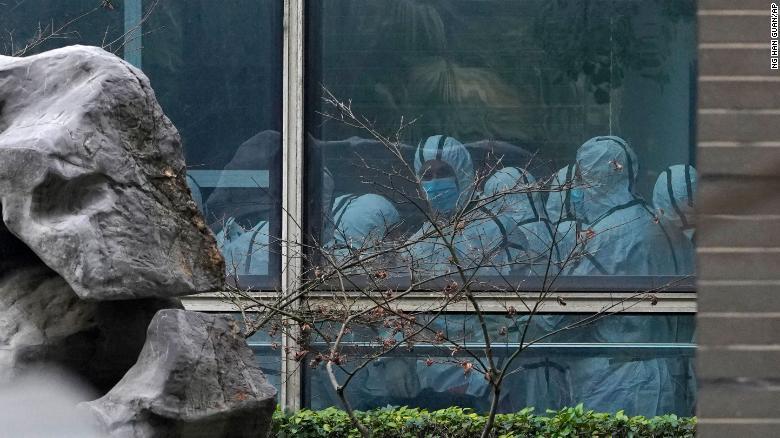 أعضاء فريق منظمة الصحة العالمية يزورون مركز هوبي للسيطرة على الأمراض الحيوانية والوقاية منها في ووهان في 2 فبراير. Photo Credit: CNN