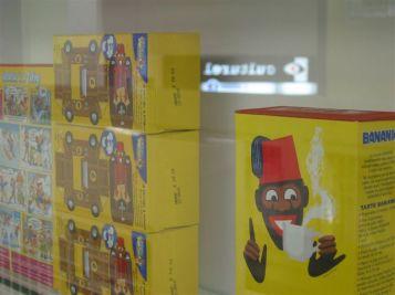 Je l'ai mangé toute mon enfance Jean-François Boclé Bananiamonochrome – 2005 – installation boîtes de chocolat en poudre dimensions variables