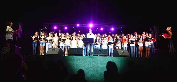 Κέφι, συγκίνηση και εκπλήξεις, στη συναυλία του Δημήτρη Μπάση στην Αιγείρα
