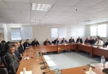Σύσκεψη σχετικά με την διακίνηση των επιβατών στα λιμάνια και τα αεροδρόμια της Περιφέρειας Δυτικής Ελλάδας, τα προληπτικά μέτρα αλλά και τα μέτρα αντιμετώπισης ενδεχομένων κρουσμάτων του κορωνοϊού, πραγματοποιήθηκε σήμερα, Τρίτη 25 Φεβρουαρίου 2020 στην έδρα της Περιφερειακής Ενότητας Αχαΐας, υπό την προεδρία του Αντιπεριφερειάρχη, Χαράλαμπου Μπονάνου. Στη σύσκεψη συμμετείχαν όλοι οι εμπλεκόμενοι και αρμόδιοι φορείς και κατά τη διάρκειά της, ο αντιπρόεδρος του ΕΟΔΥ, Γεώργιος Παναγιωτακόπουλος, (Παθολόγος και Επίκουρος Καθηγητής Κλινικής Φαρμακολογίας Πανεπιστημίου Πατρών) και οι επιστήμονες, Ανδριάνα Παυλή (Ιατρός Δημόσιας Υγείας, Διευθύντρια Ταξιδιωτικής Ιατρικής), Σοφία Χατζηαναστασίου (Παθολόγος – Λοιμωξιολόγος) και Χαράλαμπος Γώγος (Καθηγητής Παθολογίας - Λοιμωξιολογίας) ενημέρωσαν πλήρως τους παρευρισκόμενους σχετικά με την εξέλιξη της επιδημιολογίας του κορωνοϊού και τα μέτρα που μπορούν να λαμβάνονται, κυρίως στα πλοία. Σημειώνεται πως οι ειδικοί δεν μίλησαν για την ανάγκη λήψης πρόσθετων μέτρων, παρά μόνο για πλήρη και διεξοδική ενημέρωση των πολιτών με την ανάρτηση σχετικών αφισών και τη διανομή ανάλογων φυλλαδίων, ενώ επίσης, υπογράμμισαν την κεφαλαιώδη σημασία αυστηρής τήρηση των ατομικών μέτρων υγιεινής. Από την πλευρά του, ο Αντιπεριφερειάρχης, Χαράλαμπος Μπονάνος, τόνισε: «Η οικονομική και κοινωνική ζωή της Πάτρας, αλλά και κάθε περιοχής της Δυτικής Ελλάδας, συνεχίζεται κανονικά και αδιατάρακτα. Η καλύτερη προστασία απέναντι στον κορωνοϊό, αλλά και σε κάθε νόσο, είναι η καλή και αξιόπιστη ενημέρωση του πολίτη. Και η ενημέρωση αυτή γίνεται μόνο από τους υπεύθυνους της δημόσιας Υγείας και τα αρμόδια όργανα. Γι' αυτό και κανένας δεν πρέπει να ενδίδει σε φήμες και διαδόσεις, χωρίς καμία εγκυρότητα». Στη σύσκεψη πήραν μέρος: Η Γεωργία Πλώτα (προϊσταμένη Γενικής Δ/νσης Δημόσιας Υγείας και Κοινωνικής Μέριμνας), η Σοφία Συμεωνίδου, (Προϊσταμένη Δ/νσης Δημόσιας Υγείας και Κοινωνικής Μέριμνας ΠΕ Αχαΐας), ο Θεόδωρος Λάμπος, (Προϊστάμενος της Δ/νσης Δημόσιας Υγεί
