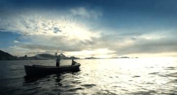 PESCADOR - Arroja su red en la costa carioca