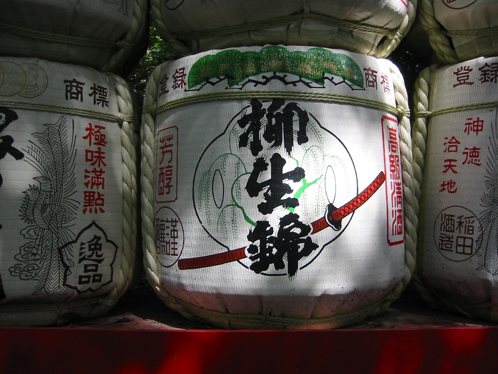 Sake-Fass im Meiji-Jingu Schrein, Tokyo, mit Schriftzeichen und Samurai-Schwert