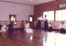 Fin de stage de week-end 1978 – De droite à gauche: Didier Boyet, Dee Chen (de dos), Loraine DiAnne (de dos), Paul Sylvain, Mitsuzuka Takeshi (assis, avec moustache)