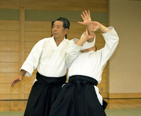 El maestro Morihiro Saito enseñando una defensa contra agarre del antebrazo (morotedori kokyunage).