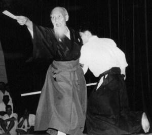 Morihei Ueshiba O Sensei, Fundador del Aikido, practicando con Kiai en sus últimos años.