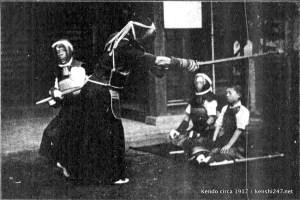 Foto histórica de la práctica del kendo, más cercana al Itto Ryu, y con un kamae y agarre de la espada ligeramente diferentes.