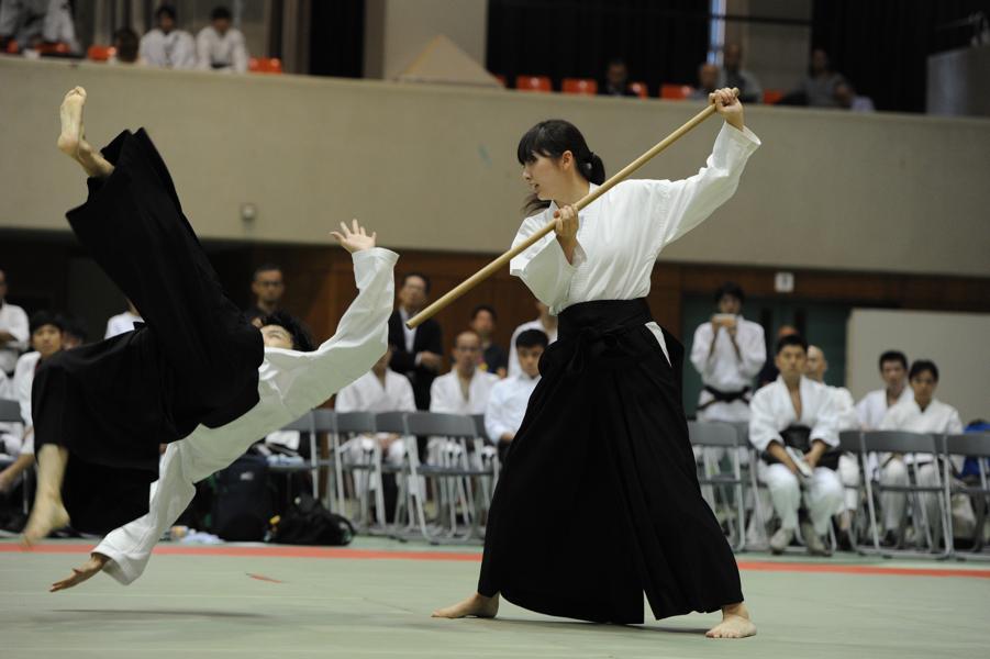 女性の袴姿のイメージ